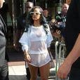 Rihanna, toute de blanc vêtue, quitte son hotel pour se rendre a Birmingham pour son concert, le 18 juillet 2013