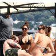 Vanessa Hudgens sur un bâteau avec des amis le 19 juillet 2013 à Ischia en Italie, après une rencontre avec ses fans.
