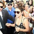 Vanessa Hudgens sur un yacht avec des amis le 19 juillet 2013 à Ischia en Italie, après une rencontre avec ses fans.