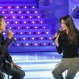 """Carla Bruni et Julien Clerc en duo sur le plateau de """"Vivement Dimanche"""" en mai 2003."""