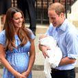 Kate Middleton, William et leur fils le prince George de Cambridge partant de l'hôpital St Mary, le 23 juillet 2013 à Londres