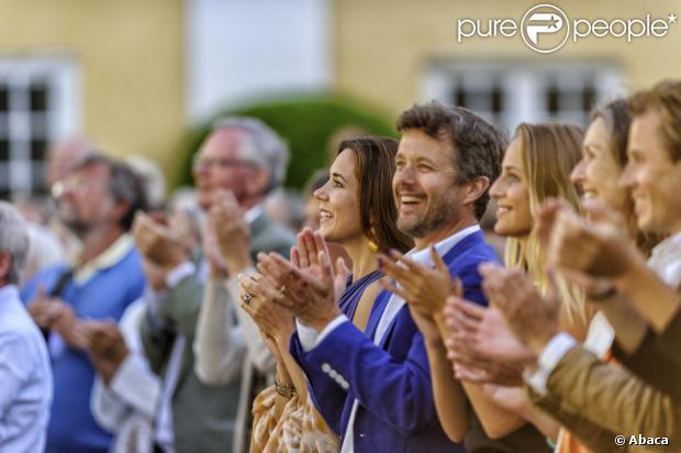 Księżniczka Mary i jej mąż książę Frederik Danii klaskali unisono reprezentacji Verdens Ballet (Balet świata) 19 lipca 2013 w Castle Gavno.