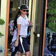 La chanteuse Rihanna porte un t-shirt transparent sans soutien-gorge dévoilant ainsi sa poitrine à la sortie de son hotel à Stockholm, le 22 juillet 2013