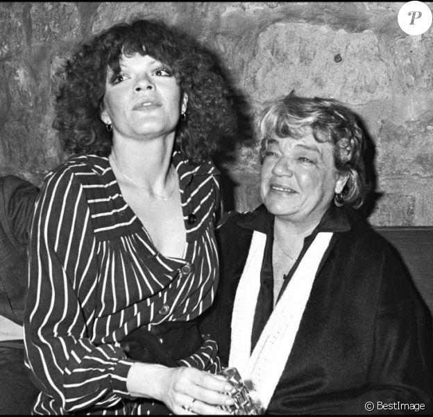 Catherine Allégret et sa mère Simone Signoret lors d'une soirée chez Maxim's à Paris le 26 novembre 1976