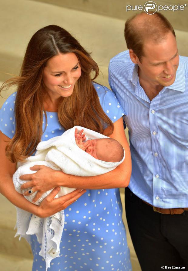 Le prince George de Cambridge, premier enfant de Kate Middleton et du prince William, à sa sortie de la maternité de l'hôpital St Mary de Londres le 23 juillet 2013.