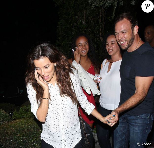Eva Longoria et son petit ami Ernesto Arguello sortent du restaurant AGO à West Hollywood, le 21 juillet 2013.