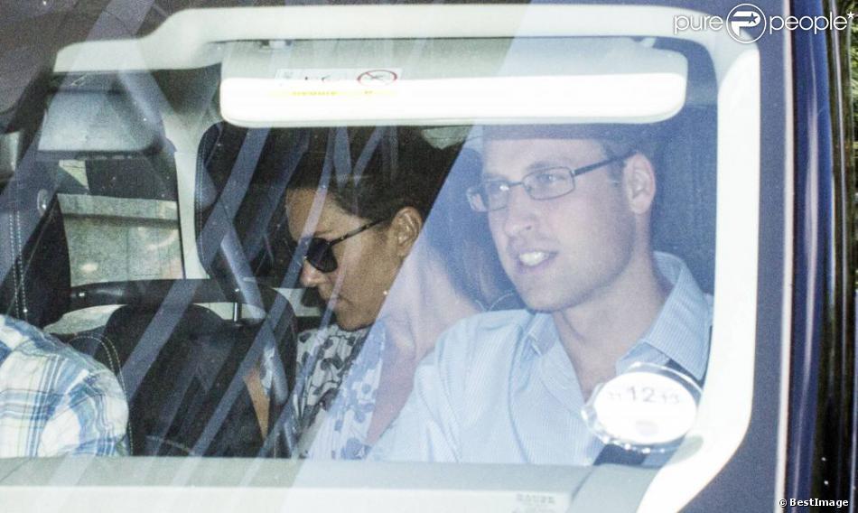 Le prince William et Kate Middleton (qui porte une robe Séraphine) avec leur fils George de Cambridge vont à Bucklebury le 24 juillet 2013