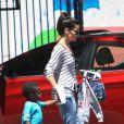 Sandra Bullock va chercher son fils Louis à son école de Los Angeles, le 30 juillet 2013.