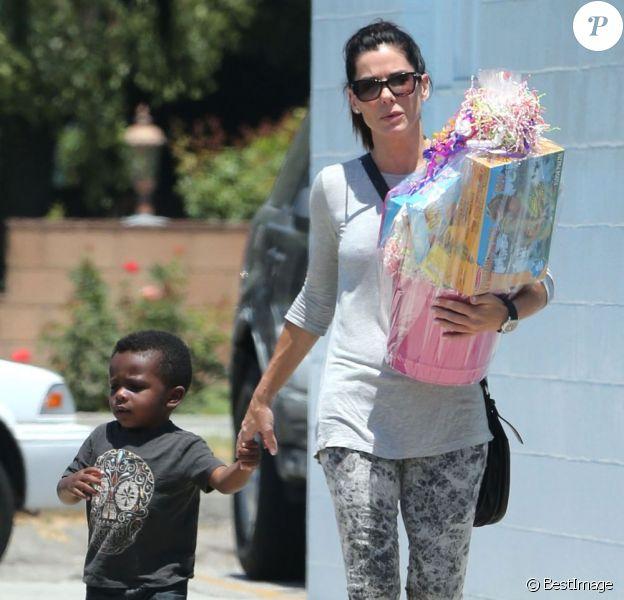 Exclusif - Sandra Bullock emmène son fils Louis à une fête d'anniversaire à Burbank, le 28 juillet 2013.