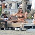 Naomi Campbell et des amies se détendent sur une plage de Marbella. Le 4août 2013.