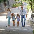 Le prince Felipe et la princesse Letizia d'Espagne visitaient le 5 août 2013 avec leurs filles Leonor (short gris) et Sofia (short violet) la Granja de Esporles, une ferme du XVIIe siècle située au coeur de la Sierra de Tramuntana, sur l'île de Majorque où la famille passe ses vacances d'été.