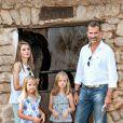 Felipe et Letizia d'Espagne, en vacances en famille, visitaient le 5 août 2013 avec leurs filles Leonor (short gris) et Sofia (short violet) la Granja de Esporles, une ferme du XVIIe siècle située au coeur de la Sierra de Tramuntana, sur l'île de Majorque.