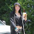 Exclusif - Miley Cyrus promène son chien à Toluca Lake, le 1er août 2013.