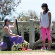 Exclusif - Accompagnée de son coach personnel, Jennifer Love Hewitt, enceinte, fait de la gym à Santa Monica, le 8 août 2013.