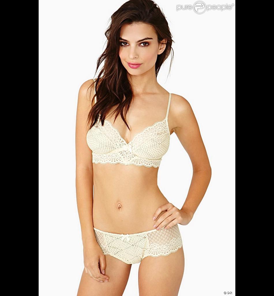 La sexy Emily Ratajkowski pose pour la marque de lingerie Nasty Gal.