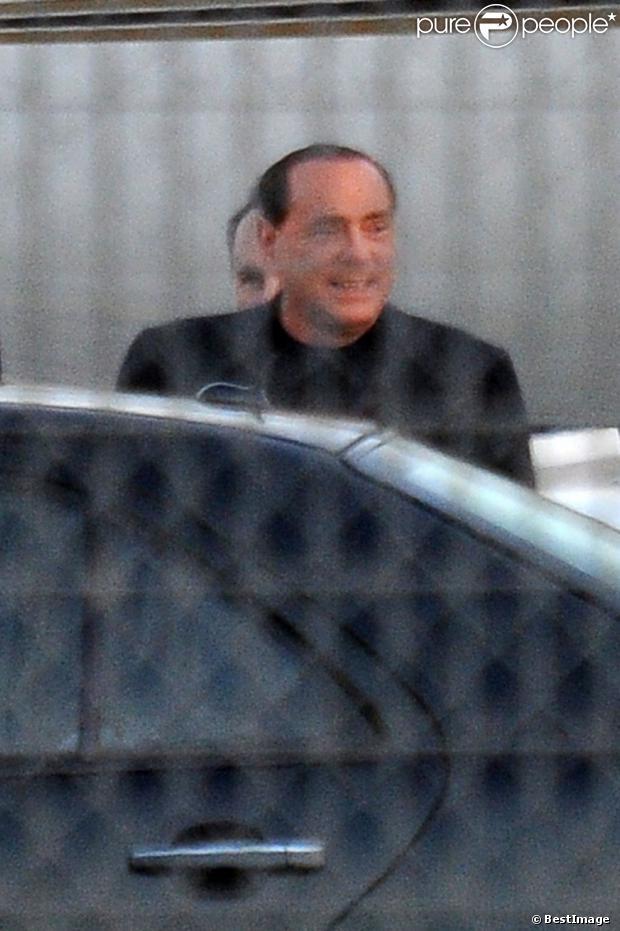 Silvio Berlusconi a débarqué en Sardaigne avec le sourire et en compagnie de deux jeunes femmes, le 3 août 2013