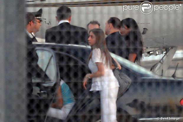 Silvio Berlusconi a débarqué en Sardaigne avec le sourire et en compagnie de deux jeunes femmes, le 3 août 2013 - photos Purepeople