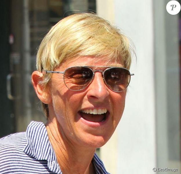 Ellen DeGeneres s'amuse à la sortie d'un magasin à West Hollywood, le 10 août 2013.