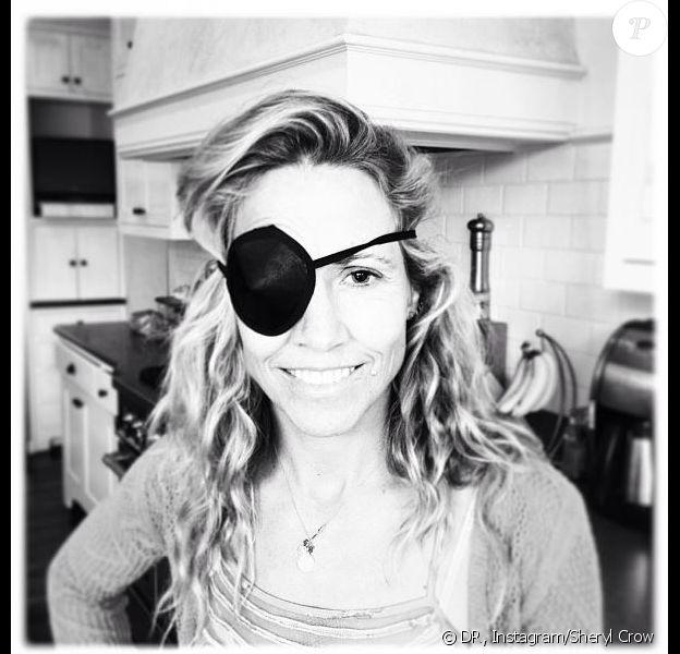 Sheryl Crow prend la pose avec un cache-oeil sur Instagram, le 6 août 2013.