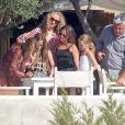 Le top britannique Kate Moss, sa fille Lila et son mari Jamie Hince sont en vacances à Formentera et profitent d'une belle journée pour sortir en mer avec des amis. Le 14 août 2013   Photo exclusive