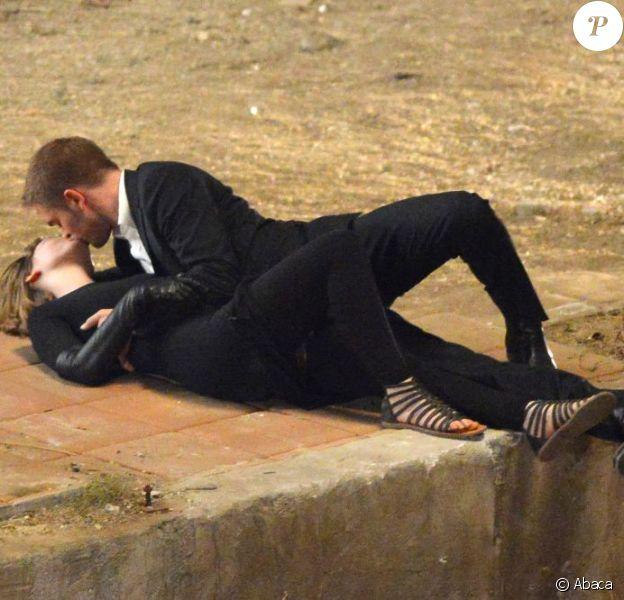 Robert Pattinson et Mia Wasikowska s'embrassent tendrement sur le tournage de Maps to the Stars à Los Angeles, le 21 août 2013.