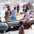 Kate Moss arrive sur une plage de Saint-Tropez en compagnie de Sir Philip Green. Saint-Tropez, le 24 août 2013.