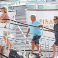 Kate Moss arrive au bord d'un bateau en compagnie de son époux Jamie Hince et leur ami Sir Philip Green. Saint-Tropez, le 25 août 2013.