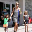 Heidi Klum, accompagnée de son petit ami Martin Kirsten, emmène ses enfants Henry, Johan, Leni et Lou faire du shopping à Westwood, le 25 août 2013.