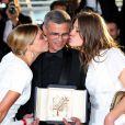 Léa Seydoux et Adèle Exarchopoulos entourant le réalisateur Abdellatif Kechiche et la Palme d'or du film La Vie d'Adèle au Festival de Cannes le 26 mai 2013