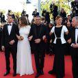 Les actrices Léa Seydoux et Adèle Exarchopoulos avec le producteur Brahim Chioua et le réalisateur Abdellatif Kechiche lors de la cérémonie de clôture du Festival de Cannes le 26 mai 2013