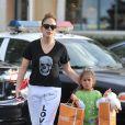 Jennifer Lopez fait du shopping avec sa fille Emme, à Los Angeles, le 1er septembre 2013, elle la retient par les cheveux sur le parking !