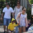 Jennifer Lopez, son compagnon Casper Smart et ses enfants Emme et Max à Malibu, le 6 juillet 2013.