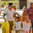 Casper Smart a fait du shopping avec Max et Emme, les enfants de Jennifer Lopez, au centre commercial de Century City, le 28 août 2013. Il a acheté des chaussures et des cookies pour les enfants.