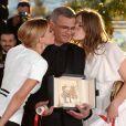 Léa Seydoux, le réalisateur Abdellatif Kechiche et Adèle Exarchopoulos lors avec la Palme d'or pour leur film La Vie d'Adèle au Festival de Cannes 2013