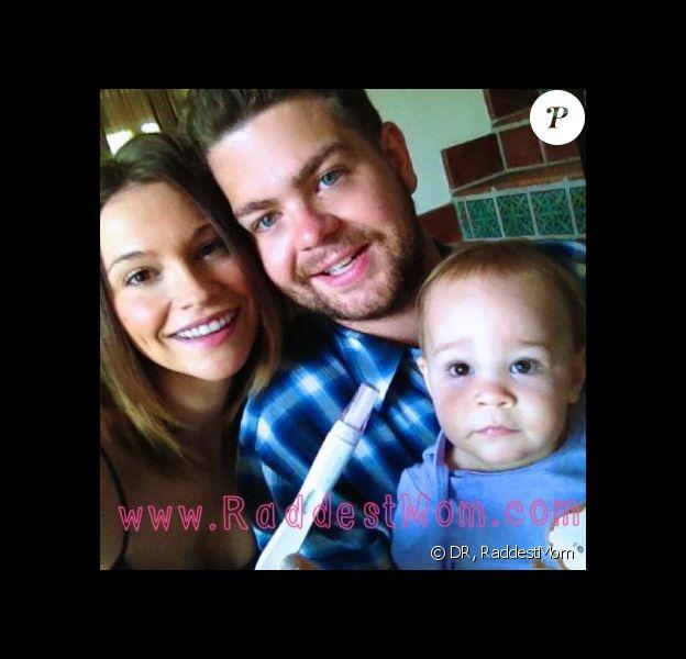 Lisa et Jack Osbourne posent avec leur fille Pearl pour annoncer la deuxième grossesse de la jeune femme sur Raddest Mom, le 6 août 2013.