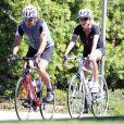 Exclusif - Dennis Quaid et son épouse Kimberly ont fait le 6 septembre 2013 une promenade à vélo ensemble dans le quartier de Brentwood, à Los Angeles. Après le rocambolesque feuilleton de leur divorce finalement avorté, les époux semblent avancer dans la même direction.
