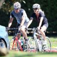 Exclusif - Dennis Quaid et son épouse Kimberly Buffington ont fait le 6 septembre 2013 une promenade à vélo ensemble dans le quartier de Brentwood, à Los Angeles. Après le rocambolesque feuilleton de leur divorce finalement avorté, les époux semblent avancer dans la même direction.