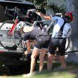 Exclusif - Dennis Quaid et Kimberly Buffington ont fait le 6 septembre 2013 une promenade à vélo ensemble dans le quartier de Brentwood, à Los Angeles. Après le rocambolesque feuilleton de leur divorce finalement avorté, les époux semblent avancer dans la même direction.