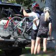 Exclusif - Dennis Quaid et sa femme Kimberly Buffington ont fait le 6 septembre 2013 une promenade à vélo ensemble dans le quartier de Brentwood, à Los Angeles. Après le rocambolesque feuilleton de leur divorce finalement avorté, les époux semblent avancer dans la même direction.