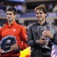 Rafael Nadal et Novak Djokovic après leur finale à l'US Open 2013 le 9 septembre 2013 sur le court Arthur Ashe de Flushing Meadows