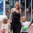 Angelina Jolie avec ses enfants Vivienne et Knox allant à l'aquarium de Sydney en Australie le 6 septembre 2013