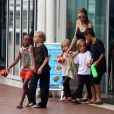 Angelina Jolie avec ses enfants Shiloh, Maddox, Pax, Zahara, Vivienne et Knox allant à l'aquarium de Sydney en Australie le 6 septembre 2013