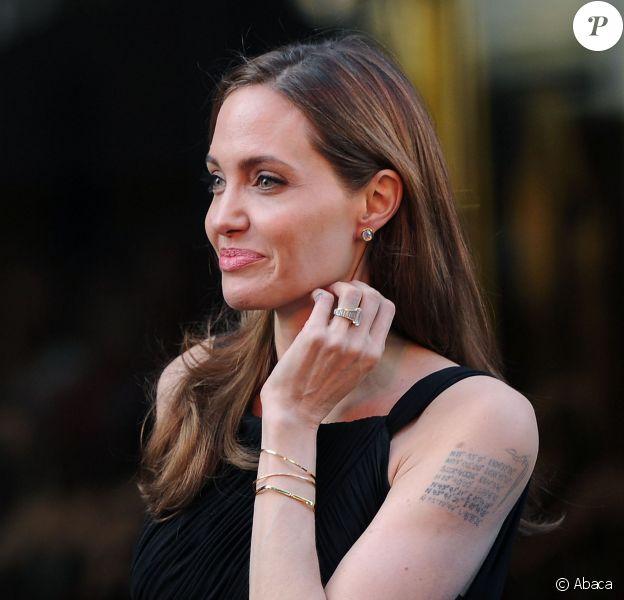 Angelina Jolie, arborant son tatouage (les coordonnées géographiques des lieux de naissance de ses enfants) lors de l'avant-première du film World War Z, à Londres le 2 juin 2013