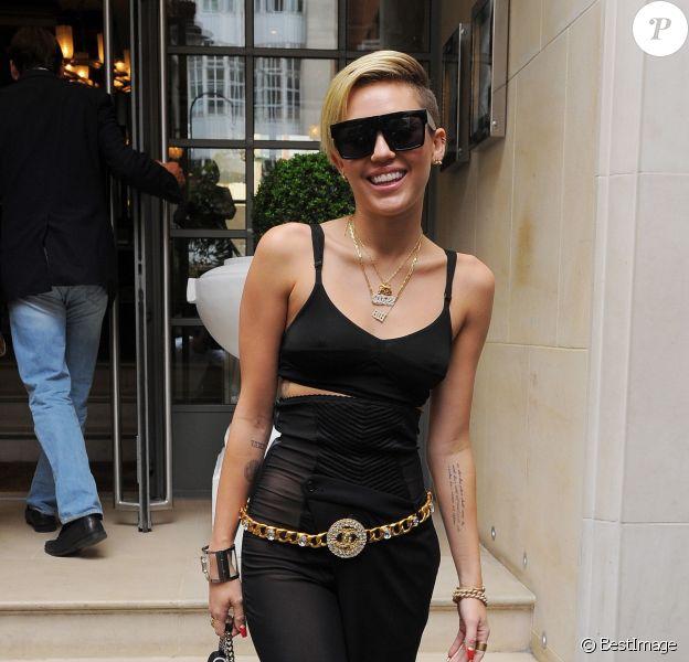 Miley Cyrus sort de son hôtel à Londres. Le 11 septembre 2013.