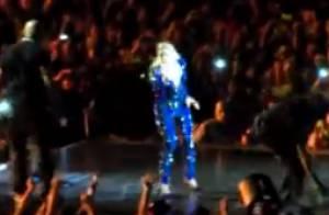 Beyoncé attrapée par un fan en plein concert... et propulsée dans la fosse