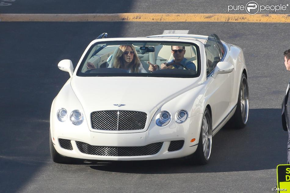 jennifer lopez et son petit ami casper smart au volant de leur bentley d capotable arrivent sur. Black Bedroom Furniture Sets. Home Design Ideas