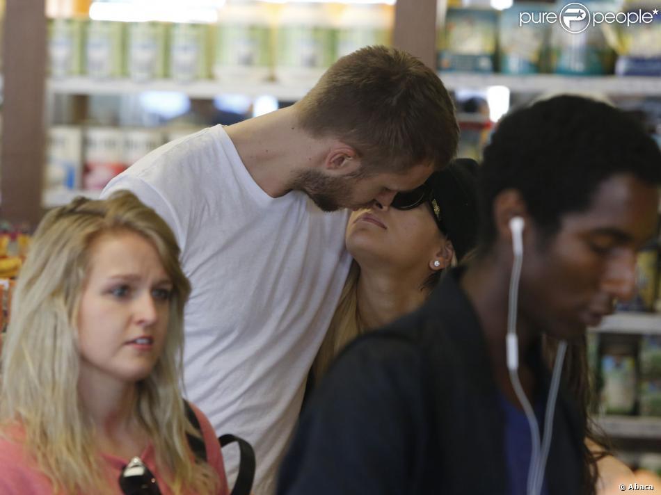 Pause tendresse pour Rita Ora et son petit ami DJ Calvin Harris, qui dégustent des cocktails à l'EarthBar à Los Angeles, le 21 septembre 2013.