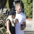 Rita Ora et son petit ami DJ Calvin Harris s'arrêtent à l'EarthBar à Los Angeles, le 21 septembre 2013.