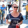 Récemment fiancée au joueur de tennis Ryan Sweeting, Kaley Cuoco se balade dans les rues de Sherman Oaks et exhibe sa magnifique bague de fiançailles. Le 28 septembre 2013.
