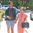 """Récemment fiancés, Kaley Cuoco et Ryan Sweeting se baladent avant d'aller déjeuner au """"Marmalade Café """" à Sherman Oaks. Kaley montre fièrement sa bague de fiançailles aux photographes. Le 28 septembre 2013."""